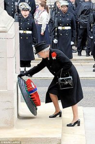 queen_lays_wreath_remembrance_day 2008